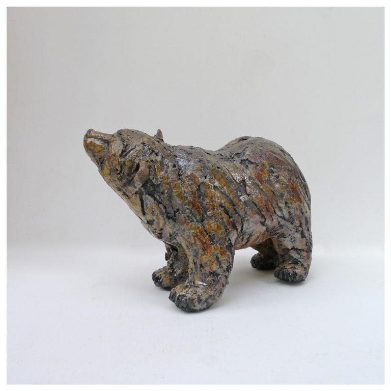 Ours brun, sculpture en raku de Joanna Hair